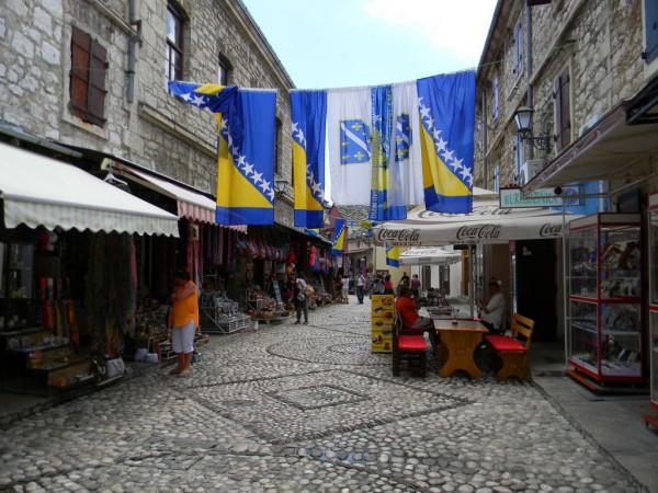 В Мостаре полно туристов, в основном из Германии. Узкие, мощённые камнем улочки, старинные, построенные османами мечети
