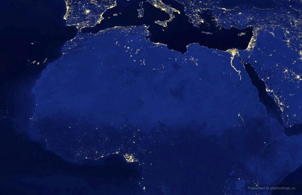 В 2008 году в Нигерии сожгли около 15,1 миллиарда кубических метров природного газа, что составляет 70% всего количества газа, собранного в тот год. Процесс сжигания настолько обширен, что Дельта Нигера кажется подсвеченной на этом фото со спутника НАСА. (Image from a 2003 NASA map by Robert Simmon, based on data from the Defense Meteorological Satellite Program Operational Line Scanner, processed by the NOAA National Geophysical Data Center)