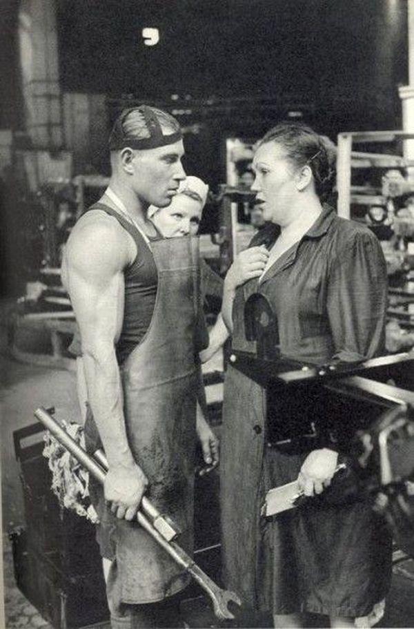 В СССР большая часть женщин во всех отраслях промышленности были подсобными рабочими, транспортировщиками, даже грузчиками. Ручным трудом в промышленности занято более 58% женщин