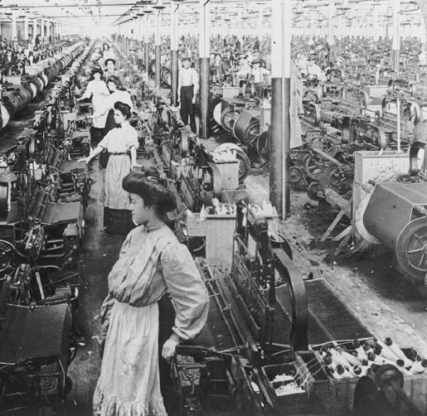 индустриальная революция ударила по рабочей семье, погнала мужа, жену и детей на завод, где они трудились по 15 часов. Казалось бы, семья как таковая исчезает