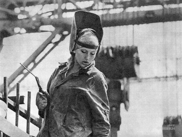 В ряде отраслей советской промышленности разрыв в уровне квалификации между мужчинами и женщинами достигал II-III разрядов