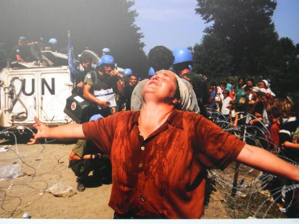 Согласно общепринятой в международном сообществе версии, 11 июля 1995 года в Сребренице сербы убили 7000—8000 безоружных боснийских мусульман в возрасте от 13 до 77 лет