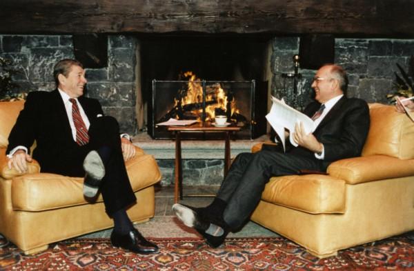 Рональд Рейган и Михаил Горбачев во время Женевской встречи в ноябре 1985 года