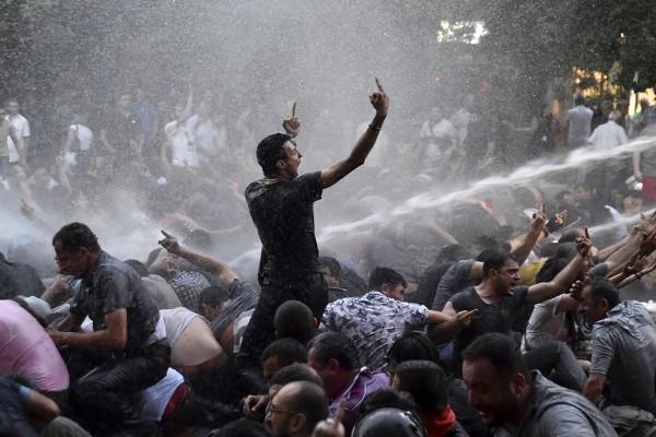 Большая часть протестующих осталась на перекрытом проспекте Баграмяна, где находится здание администрации президента