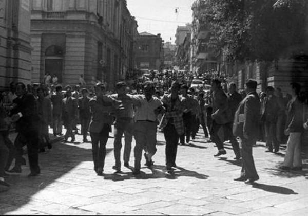14 сентября 1970 года в Реджо-ди-Калабрии возобновилась всеобщая забастовка. Полиция приступила к арестам. За арестованных вступались товарищи. Улицы снова утонули в побоищах, несколько человек погибли