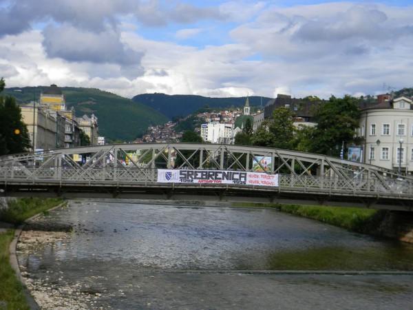 Для любого общества нужен мобилизационный миф. И для боснийского мусульманского сообщества таким мифом стал «геноцид в Сребренице» / На фото: мост через Миляцку в Сараево