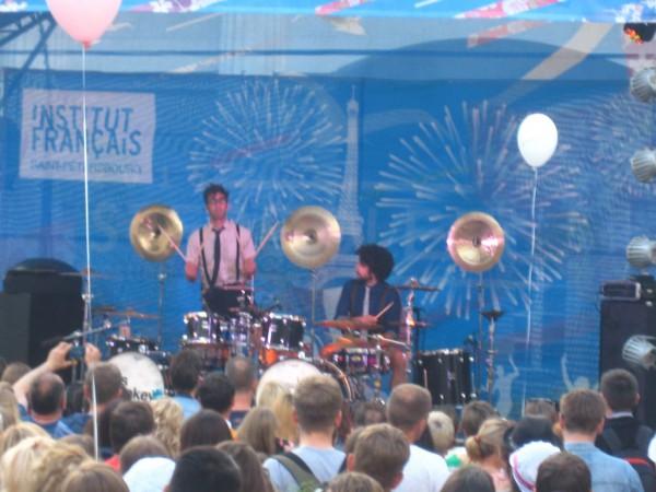 Народ веселили два барабанщика-эксцентрика Янн Косте и Себастиан Рамбо — коллектив Fills Monkey («Мартышкин труд»). Они, кстати говоря, собрали больше всего публики перед сценой, которая после их шоу и пошла внимать проповедям Б.Г.