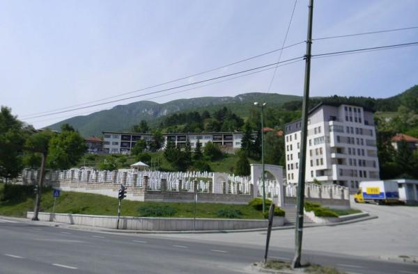 Боснийские война была цепью геноцидов. Сербов убивали только за то, что они сербы, бошняков — за то, что их дедушки ходили в мечеть / На фото: мусульманское кладбище жертв Боснийской войны в Травнике
