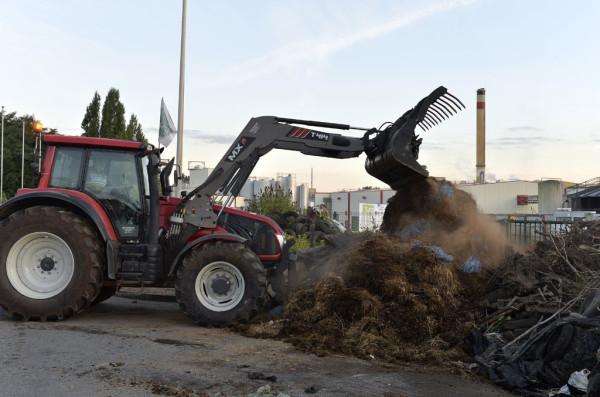 У супермаркетов города Тарб и у молокозавода в городе Вьен фермеры сбросили сотни тонн навоза, а в два супермаркета в департаменте Ло и Гаронна они загнали стада свиней прямо в середине рабочего дня