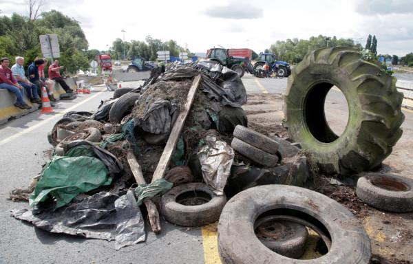 На французских шоссе выросли баррикады из покрышек