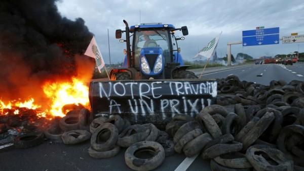 Фермеры заблокировали дорогу между Лиллем и Парижем на севере Франции. 22 июля 2015 года / REUTERS/Pascal Rossignol