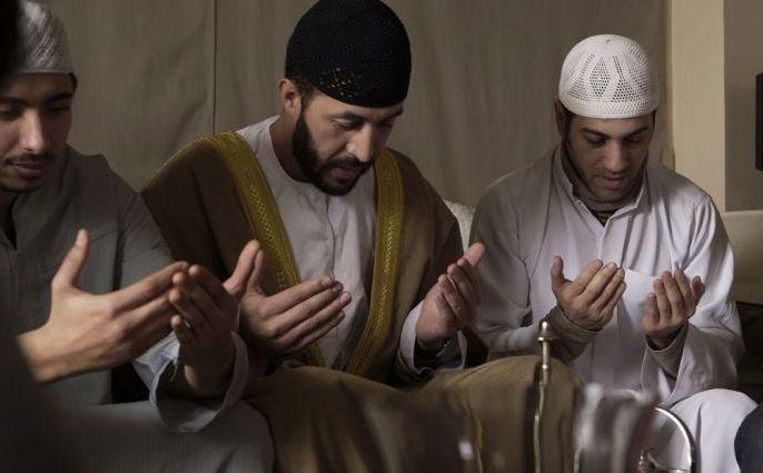 Аким и его старший брат Юсеф (Брахим Текфа) прилежно посещают проповеди, которые имам, их родной дядя, ведёт на французском языке