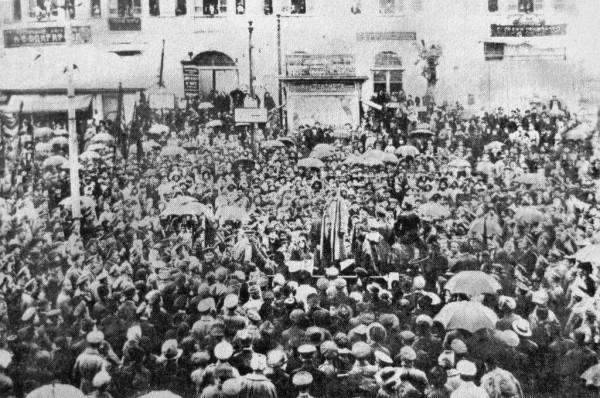 1 марта состоялся массовый митинг, по сути, народное вече на Якорной площади, собравшее порядка 16 тысяч человек. Казалось, над площадью гулял «древний новгородский ветер»