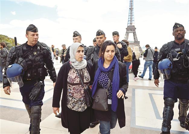 До и после принятия закона о светском характере общества 15 марта 2004 года Францию сотрясали манифестации мусульман, а главное — мусульманок, которые отказывались снимать хиджаб в учебных заведениях. Десятки тысяч человек шли под лозунгами: «Хиджаб и паранджа — мой выбор!»