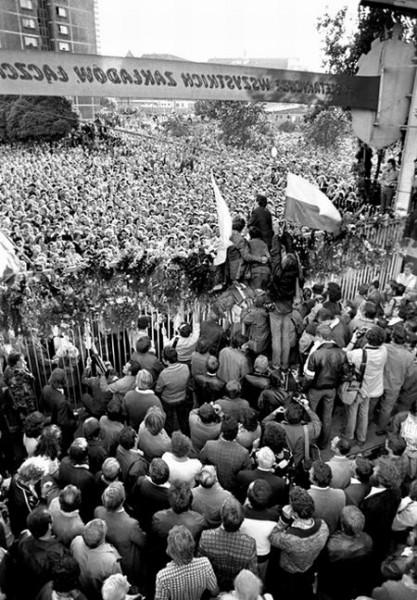 Gdansk Stocznia 31.08.1980. Lech Walesa oglaszamieszkancom Gdanska zakonczenie Strajku. Brama nr.2Robotnicy. foto Erazm Ciolek