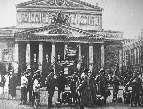 Всю ответственно за восстание левых эсеров Мария Спиридонова взяла на себя / На фото: Латышские стрелки и делегаты V Съезда Советов перед зданием Большого театра