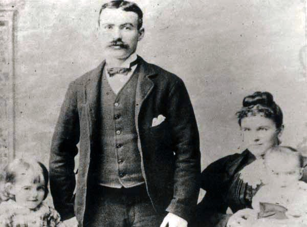 На место казни Конноли принесли на носилках. Из-за ранения он не мог стоять. Англичане оказали ему «любезность»: расстреляли его сидящим на стуле (фото 1894)