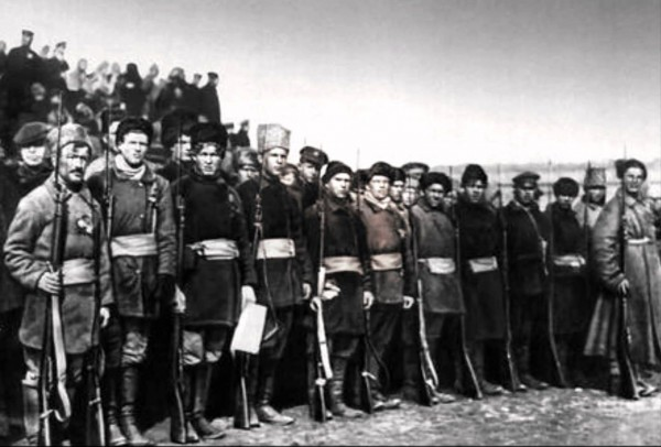 В Ижевске против «рабоче-крестьянской власти» восстали не офицеры и генералы старой армии, мелкие лавочники, подкупленные крупными капиталистами, а рабочие и крестьяне