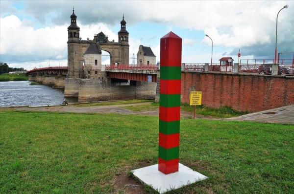 Для жителей Калининградской области действует правило о безвизовом пересечении польской или литовской границы, оно «покрывает» территорию в 200 километров от российской границы