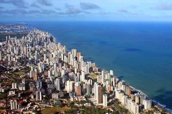 Ресифи является достаточно крупным городом. В мегаполисе проживают более 3,7 млн человек, а в «малом Ресифи» — полтора миллиона. Это пятая по численности агломерация Бразилии