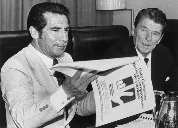 С протестантом Рональдом Рейганом такого панибратского поведения Риос Монтт себе не позволял (фото 4 декабря 1983)
