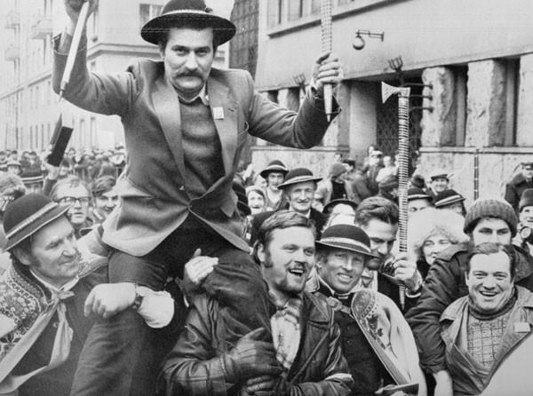 Брутальный работяга Лех Валенса, казалось, должен был идти на классовую битву. Но он оказался тонким компромиссным политиком, склонным к теневым договорённостям с противником
