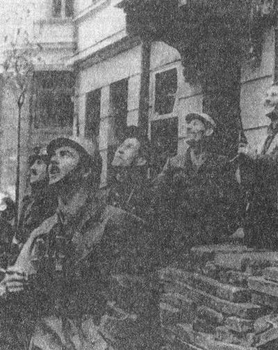 Участники Варшавского восстания наблюдают за действиями американской авиации. Сентябрь 1944 года