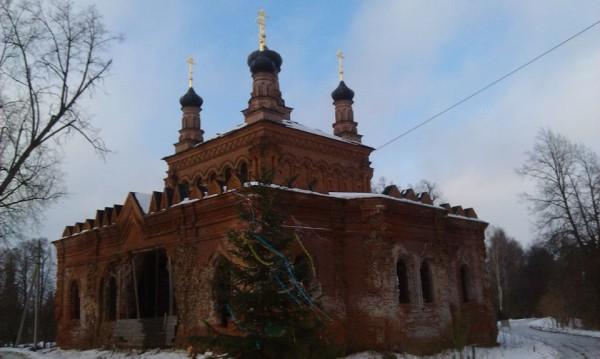 Разрушенная православная  церковь в деревне Кикино, Дмитровского района, Московской области