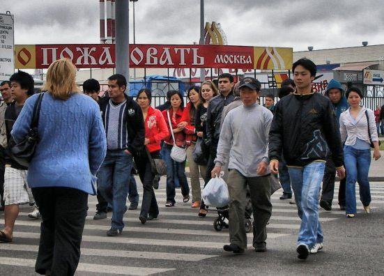 Что касается слияния наций и рас, о котором мечтают марксисты, то китайцы не слишком хотят сливаться с кем бы то ни было. Они просто вытесняют коренное население и другие общины, методично расширяя свой плацдарм. На фото: китайские иммигранты в Москве