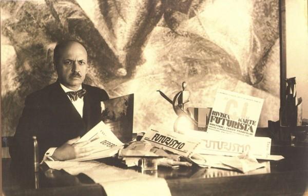 Весной 1934 года теоретик футуризма Томмазо Маринетти, занимающий весьма высокий пост в итальянском государстве, посетил Германию Гитлера