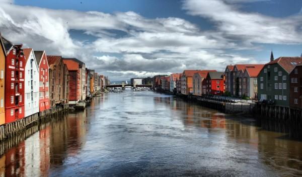 Тронхейм — типичный скандинавский город, жители которого живут преимущественно в уютных малоэтажных домах самого разного цвета