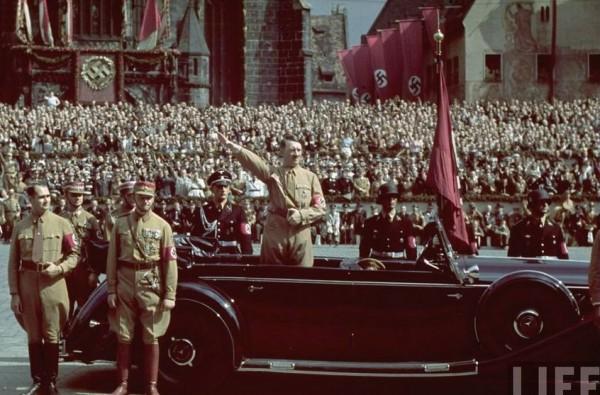 У национал-социалистов коммунистическая вера в прогресс, в будущее, могла вызвать лишь насмешку. Они не собирались плыть по течению истории. Напротив, они пытались любой ценой овладеть им, обратить его вспять