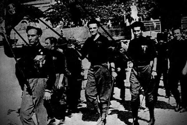 Есть и особая фашистская форма насилия. Она проявляется, к примеру, в покушениях, путчах, в пресловутом марше на Рим, в карательных экспедициях против скопления врагов