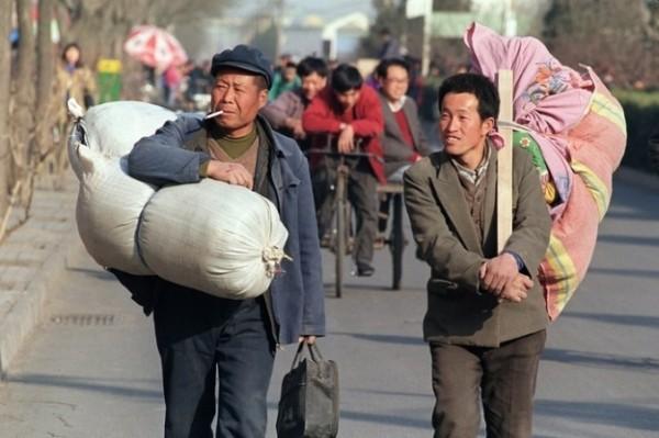 Несмотря на то, что китайская экономика бурно развилась в последние десятилетия (сейчас наметилась стагнация), рабочих мест на всех в Китае не хватает. Вот люди и бегут. А мы на их пути — первые
