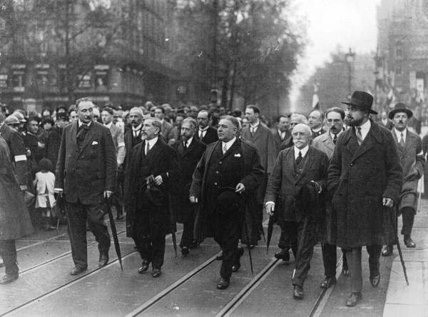 """В 1899 году, на вершине «дела Дрейфуса», эти идеологические течения были восприняты и использованы организацией, ставившей себе, наряду с националистическими и антисемитскими, также некоторые антикапиталистические и даже синдикалистские цели. Это была «Аксьон Франсэз» («Французское действие», """"Action Francaise""""), имевшая в лице Шарля Морраса выдающегося идеолога (второй слева)"""