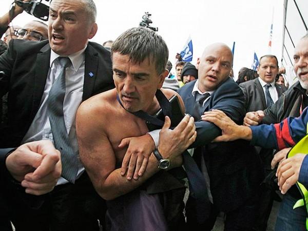 Протестующие напали на директора кадрового департамента Air France Ксавье Бросета. В результате топ-менеджер остался без рубашки, которую буквально разорвали в клочья