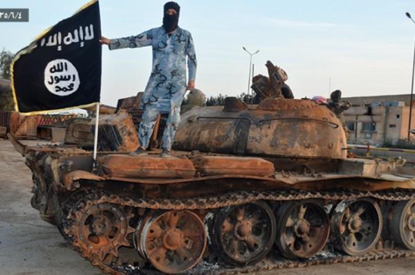 Танки не угроза для ИГИЛ: нет фронтов, которые нужно прорывать. Зато отряды игиловцев уничтожали танки с помощью гранатомётов