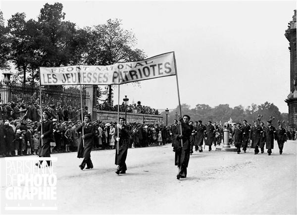 """«Молодые патриоты» (""""Jeunesses Patriotes"""") - группа, основанная в 1924 году промышленником и консервативным депутатом Пьером Тетенже"""