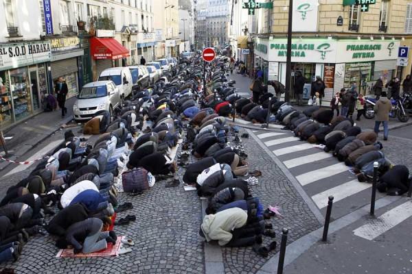 «А чего горевать?! — заявил мне один радикал. — Может, такая встряска заставит наконец французов задуматься. А государство пожинает плоды своей собственной политики. Из Франции сделали проходной двор, а большинство делает вид, что всё хорошо — что так и нужно. Bienvenue, les rуfugiеs!» / На фото: В 18 округе Парижа на улице Мира (ударение на последний слог — rue Myrha) в дни мусульманских праздников