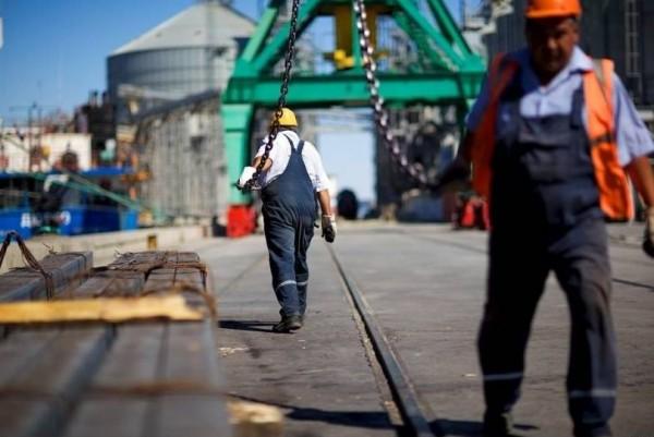 Бригады докеров-механизаторов оценили действия управления порта как антирабочую политику и потребовали подписания нового коллективного договора, отвечающего интересам работников