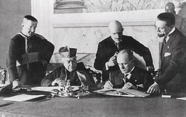 11 февраля 1929 года: кардинал Пьетро Гаспарри и премьер-министр Италии Бенито Муссолини подписывают соглашения (конкордат) в Латеранском дворце