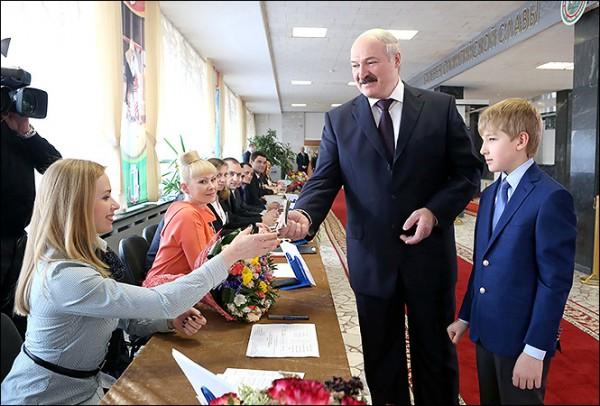 К левым Александр Григорьевич отношение имеет весьма отдалённое, всем ясно уже давно, но впервые Лукашенко даже не пытался им казаться и пошёл на выборы с откровенной либеральной программой