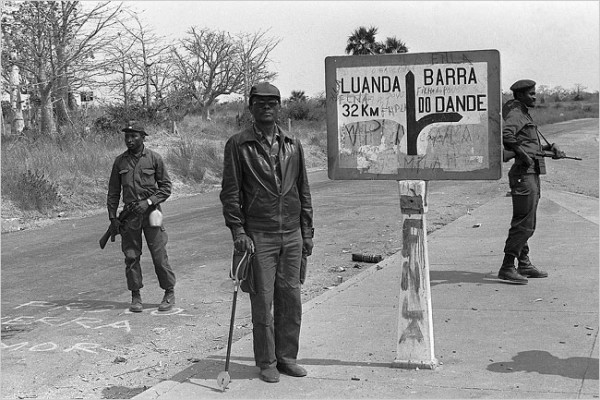 Во главе Национального фронта освобождения Анголы (ФНЛА) стоял Холден Роберто (он же Жозе Жилмор) — потомок королей северного племени баконго. Мрачная личность, упёртый племенной консерватор / На фото в центре