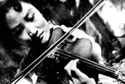 Особенно восприимчивой к агитации скрипача-коммуниста Чжана была его дочь Чжисинь. Тоже, кстати, прекрасно владевшая струнными инструментами