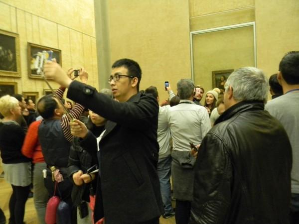 Посетители Лувра бегут в зал, где выставлена «Джоконда» Леонардо да Винчи, не замечая фресок Ботичелли и полотен мастеров да и самого Да Винчи. Ведь нужно первым делом запечатлеться у «Моны Лизы»!