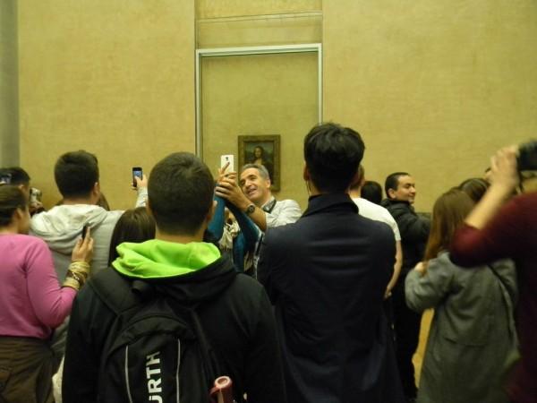 «Джоконда» Леонардо да Винчи превратилась в отличный фон для селфи и фотосессий. Главное, поймать ракурс