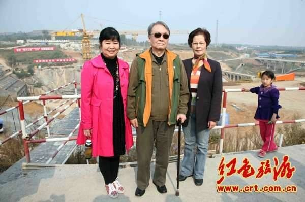Сейчас Мао Юаньсиню 74 года. 17 лет срока — «за преступления перед государством», точнее, за близость к Цзян Цин — он отсидел от звонка до звонка. Выбравшись в 1993-м, устроился в Шанхае инженером на автозавод. Поторопился сменить имя, теперь он Ли Ши