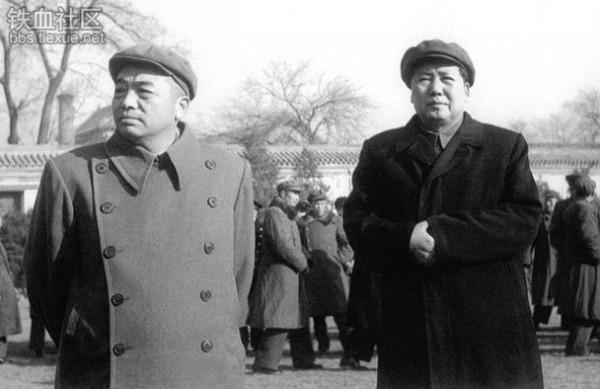 Чжан Чжисинь отличалась от общего маоистского строя. Скажем, её кумиром был не Мао Цзэдун (справа), а маршал Пэн Дэхуай (слева)