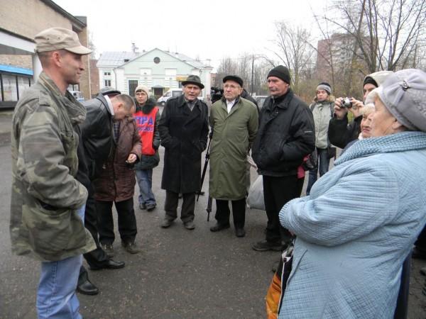 Алексей Этманов общается с жителями города Тосно 12 ноября 2011 года