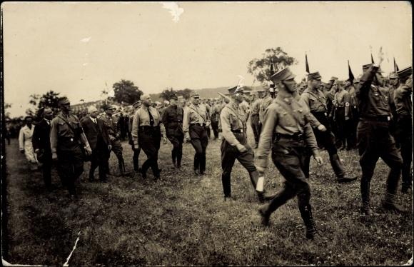 Главной особенностью, отличавшей позицию левых наци, была установка на особого рода социализм — не реформистского типа, как у СДПГ, «сотрудничавшей с капиталом», и не на «антинациональный социализм» КПГ, а на «национальный социализм» / На фото Грегор Штрессер среди нацистских штурмовиков